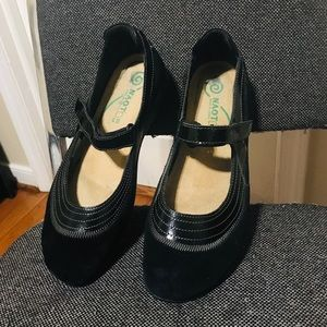 Naot  Black Suede and Patent Leather size 39